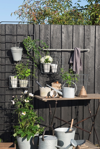 em_home-grey-oval-metal-wire-hanging-basket-gardenware-homeware-5783-18_trend_1